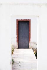DOBLE PORTA (Bernat Nacente) Tags: door red white house lake metal de 50mm casa nikon f14 catalonia melody porta vermell catalunya mm nikkor 50 metall blanc  pla banyoles estany   lestany    nohdr   d7200