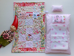 C (Canela Cheia) Tags: bonecas almofada artesanato bed bedsheets brinquedo cama christmas conjunto corderosa criança dolls dots freehandquilting handmade kids lace lencois patchwork pillow pink play pontos quilt renda retalhos toy