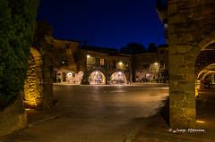 La plaça de nit (josep manresa) Tags: plaza pentax soledad piedras arcos luces noche azul