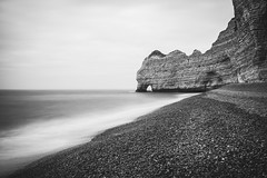 La falaise d'Amont d'Etretat (version N&B) (dono heneman) Tags: falaise cliff amont upstream paysage landscape seascape waterscape noiretblanc nb blackwhite poselongue pose longue longexposure nature ciel sky nuage cloud eau water mer sea lamanche vague wave côte coast plage beach galet pebble rock rocher roche pierre stone etretat seinemaritime normandie france pentax pentaxart pentaxk3