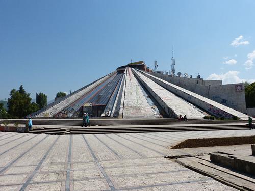 Tirana, Enver Hodzsa piramisa