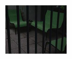 Coin détente (hélène chantemerle) Tags: acier chaise cour extérieur fauteuil grillage métal pavé rue sol noir vert wire armchair chair street yard black green city urban grid