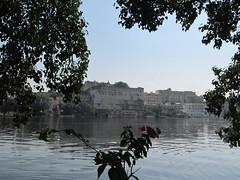 """Udaipur: de l'autre côté de la rive <a style=""""margin-left:10px; font-size:0.8em;"""" href=""""http://www.flickr.com/photos/127723101@N04/22583321242/"""" target=""""_blank"""">@flickr</a>"""