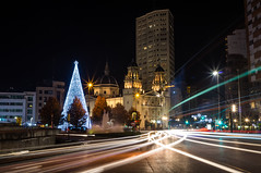 Plaza del Humedal (ed10vi) Tags: night noche christmastree arboldenavidad christmas navidad church iglesia lights luces traffic trafico gijn asturias spain espaa longexposure