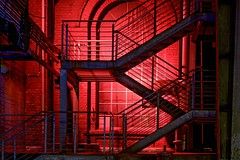 Red wall (sigiha1953) Tags: fuji fujifilm fujixe1 fujifilmxe1 xe1 fujixf55200mmf3548rlmois fujinonxf55200mmf3548rlmoisobjektiv fujifilmxf55200mmf3548rlmoisobjektiv duisburg ruhrgebiet ruhrpott nacht nachtaufnahme nachtfotografie nachtauferden night nightshot nightphotography nightscene nightshots nightonearth lapadu landschaftspark landscape landscapepark nordrheinwestfalen nrw northrhinewestphalia industriekultur industrymonument industriedenkmal industrie industry deutschland germany 2017