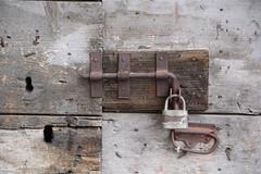 porte vecchie (anilaamataj) Tags: porte legno vecchio serratura