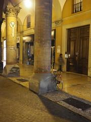 Bologna_33_1718 (Paolo Chiaromonte) Tags: omdem5markii mzuikodigital17mm118 micro43 bologna emiliaromagna notturno olympus streetphotography nightshot handheld italia nocturnes paolochiaromonte travel italy