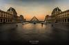 sunrise in Louvre (gsusce) Tags: gsusce jesúscañas paris louvre amanecer sunrise pirámide pyramid museo museum palomas personas people pigeons luz light alba nwn