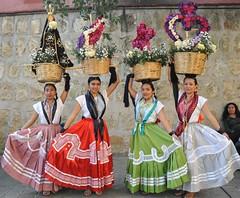 Oaxacan Women Chinas Oaxaquenas Mexico (Ilhuicamina) Tags: flowers woman flores gente mexican mujeres oaxacan canastas calendas