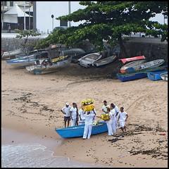 Offrandes à Iemanja, Rio Vermelho (wilphid) Tags: salvador bahia brésil brasil riovermelho océan atlantique plage rivage mer pêcheurs bateau cérémonie iemanja yemanja