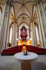St.Marienkirche, Osnabrück (jueheu) Tags: kirche church stmarien religion hallenkirche osnabrück niedersachsen deutschland germany gelb yellow bänke kerze licht evangelisch