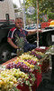 Gezellige mensen op de markt. (Roelie Wilms) Tags: italy italia sicily markt sicilia italië verkopers sicilië zafferana