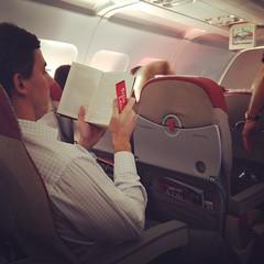 Lecturas de avion.  Para LVM tema: {libros} (@Lizette Salazar Guedes) Tags: travel brazil people rio brasil canon photography reading photo gente books libros viajar robados