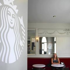 starbucks (marco_diquattro) Tags: woman paris coffee montmartre starbucks francia parigi diquattro marcodiquattro summer2015