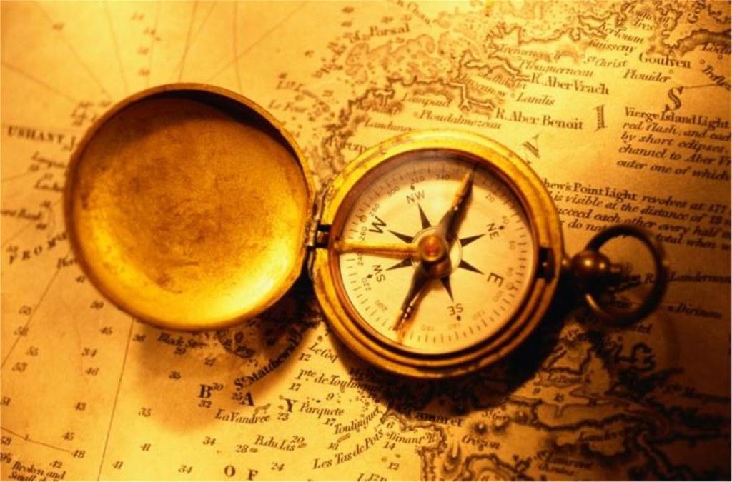 bản đồ giấy và la bàn