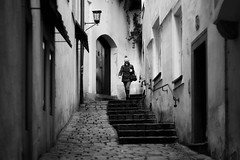 in the alley (Erich Hochstöger) Tags: gasse alley street streetfotografie streetphotography sw bw menschen people imfreien outdoor monochrome