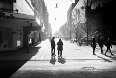 streetlight (tamoko1121) Tags: lightroom leica m8 m street streetphotos streetshot strase blackandwhite black bw monochrome urban people shadow voigtlaender 35mm
