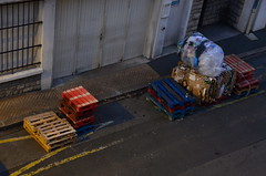 (Jean-Luc Léopoldi) Tags: paysbasque nuit rue trottoir palettes cartons garage bayonne