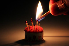 Happy macro birthday (meghimeg) Tags: 2017 genova torta cake compleanno birthday fiamma fire fiammiferi matches dito fingermacromonday