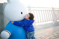 _90A3613 (Mao-mao9896) Tags: 歡笑 藍色 海邊 兔 台灣 笑容 男孩 35mmf14 sigma 5dlll canon 擁抱 小孩 逆光 淡水