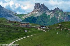 Alpenszenerie mit Blick auf die Plattkofelhütte - Alpine scenery with a view of the Plattkofelhütte (klausmoseleit) Tags: jahreszeit gröden alpen südtirol sommer orte campitellodifassa trentinoaltoadige italien it