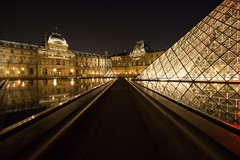 Pyramide du Louvre (Philippe Saire || Photography) Tags: street city light urban paris france reflection building window monument water glass museum architecture night canon photography eos town photo eau long exposure cityscape angle louvre mark iii perspective wideangle musée symmetry lumiere 5d usm fullframe rue nuit iledefrance pyramide reflets ff ef 1740mm ville fenetre tourisme batiment urbain vitre symétrie f4l pleinformat philippesaire
