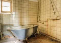 20110601-FD-flickr-0026.jpg (esbol) Tags: bad badewanne sink waschbecken bathtub dusche shower toilette toilet bathroom kloset keramik ceramics pissoir kloschüssel urinals
