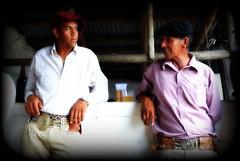 En la pulpera (Eduardo Amorim) Tags: southamerica bar uruguay cerveza bodega cerveja cavalo gauchos boina pampa hest hevonen gaucho  amricadosul campaa hst uruguai gacho  amriquedusud  gachos  sudamrica suramrica amricadelsur  sdamerika pulpera  pilchas  pilchasgauchas rastra cerrolargo americadelsud  americameridionale eduardoamorim pampauruguaya  pasodeldragn plcidorosas campaauruguaya
