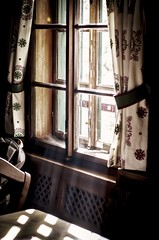 it is dark inside (Tomsch) Tags: light sun window glass licht hiking fenster htte hut sunrays glas wandern sonnenstrahlen drinnen sonnenlicht wanderhtte