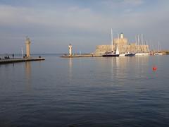 Lmina del puerto, el Gamo y la Gama, y Castillo de San Nicols al fondo. Rodas. Grecia (escandio) Tags: grecia mandraki rodas 2015 isladerodas rodasciudad