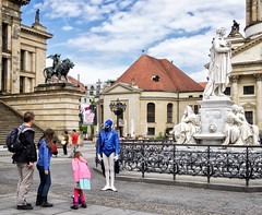 Aria. Street performer (Tiigra) Tags: berlin germany de 2015 actor city dress fence lattice lion music people sculpture statue art
