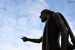 Se il dito indica il cielo, l'imbecille guarda il dito (joliye) Tags: sangiovannibattista pellegrino dito cielo nuvole sky clouds finger pellegrin statua statue bronzo bronze