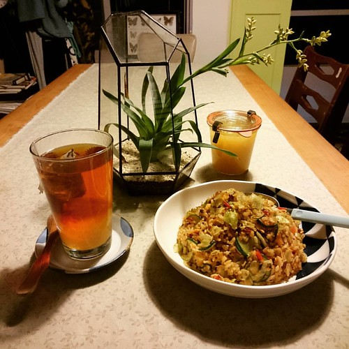 [一日一照計畫407] 晚餐:野菜鮭魚炒飯,熱沖文旦紅玉。下午熬煮了幾罐文旦果醬,晚上與埔里紅玉一起沖泡,滋味酸甘香,口感舒爽。做早午餐的油漬鮭魚、番茄和各種生菜,做成炒飯就又是另一種風貌,務必用香料或酒將鮭魚的一點腥味炒去,把米粒炒分明,這盤油亮不膩的炒飯就會十分無敵。被雨困在工作室,只好一直專心忙廚房和文字的事情了。