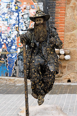 homme sculpture (nicouze) Tags: barcelona street art flying spain artist magic espana rue espagne barcelone artiste magique volant magicien