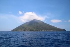 Île de Stromboli (Charles.Louis) Tags: éolie éolienne île italie sicile stromboli volcan mer paysage panorama patrimoine