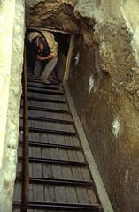Ägypten 1999 (647) Kairo: Chephren-Pyramide, Gizeh (Rüdiger Stehn) Tags: archäologischefundstätte giseh gise giza aldschīza alǧīza ilgīza afrika ägypten egypt nordafrika nordägypten bauwerk sakralbau historischesbauwerk urlaub dia minoltasrt100x analogfilm scan slide diapositivfilm analog kleinbild kbfilm 35mm canoscan8800f unescowelterbe unescoweltkulturerbe nekropole altägypten ancientegypt misr unterägypten addiltā welterbe weltkulturerbe ägyptologie reise reisefoto winter menschen leute 1990er 1990s 1999 pyramide chephrenpyramide
