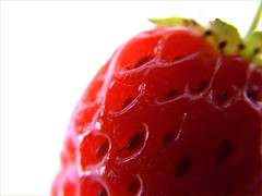 Une jolie gourmandise naturelle (lavomatic) Tags: macro fruit rouge zoom poil exilim fraise
