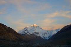 mount everest, sonnenuntergang (*Sabine*) Tags: china travel sunset sky mountains nature clouds landscape asia asien sonnenuntergang dusk natur himmel wolken tibet berge dmmerung everest landschaft gebirge mounteverest qomolangma chomolungma specland motheroftheuniverse kailash2006 year:uploaded=2006 sabinesteinmller