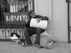 San Francisco Homeless Music (Franco Folini) Tags: poverty sf sanfrancisco california ca street people blackandwhite bw musician music usa america photography us photo strada foto sony homeless poor streetlife sidewalk creativecommons musica drummer fotografia streetmusic sdf bianconero biancoenero streetpeople musicista clochard povertà pobreza immagine homelessness barbone pauvreté marciapiede sanspapiers dscf707 senzatetto poors senzacasa poveri bianoenero tamburino francofolini senzafissadimora sansdomicilefixe folini creativecommonsattributionsharealike
