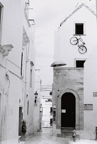 blackandwhite bw film bicycle analog umbrella 50mm... (Photo: giuli@ on Flickr)