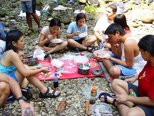 Philippines,Pinoy,Filipino,Pilipino,Buhay,Life,people,pictures,photos,rural,picnic,lunch,late,sitting, eating