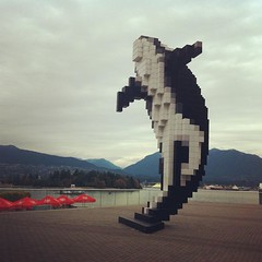 La Digital Orca di Douglas Coupland... (*maya*) Tags: canada vancouver waterfront britishcolumbia digitalorca uploaded:by=flickstagram instagram:photo=106921854103359932516081131 lottaperrestaresvegli