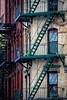 Escaliers de secours (Lucille-bs) Tags: amérique etatsunis usa etatdenewyork newyork architecture détail escalier fenêtre escalierdesecours chinatown rouge
