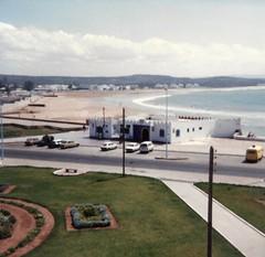 Le bar de la plage / The beach bar (Léo Talon) Tags: morroco maroc trip souvenir eighties 1982 bar plage playa beach