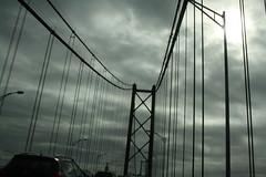 ...subindo às nuvens. (LetsLetsLets) Tags: lisboa janeiro 2017 nuvens clouds stairstoheaven dream sonha ponte25deabril ponte bridge contraluz cinzento grey estruturametálica tirantes sul
