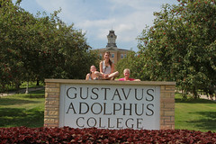 IMG_0255.jpg (Gustavus Adolphus College) Tags: old family sign student day main move oldmain movein firstyear moveinday 201204 20150904
