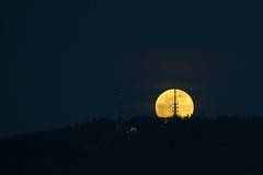 Full Moon Rising (Jannis_V) Tags: moon mond königstuhl sendemast antenna moonrise mondaufgang heidelberg