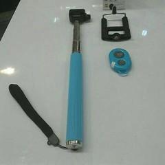 Model : 207-1 ไม้เซลซี่+รีโมท  ราคา   : 390 บาท ส่งฟรีแบบลงทะเบียน EMS+55บาท   อุปกรณ์มี ดังนี้ 1. ไม้เซลพี่  หดได้-ยึดได้ถึง 1 เมตร  2. ฐานจับมือถือ รองรับน้ำหนักไม่เกิน 500 g  3. รีโมท พร้อมถ่าน  วิธีการใช้งาน 1. เปิดบลูทูธ จับคู่กับมือถือ : AB Shutter3