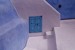 Santorini - Oia - htel 2 (luco*) Tags: door blue white hotel bleu santorini greece porte santorin blanc grce oia cyclades htel kyklades hellada flickraward flickraward5 flickrawardgallery