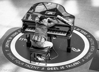 Esclave de la Musique / Slave to the rythm   .   Den haag Centraal , Netherlans